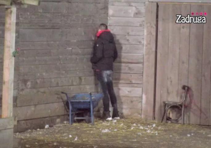 NIKAD BIZARNIJA SCENA! Pobegao iz kuće, a onda je uradio nešto krajnje ČUDNO! Neviđeno u Zadruzi (VIDEO)