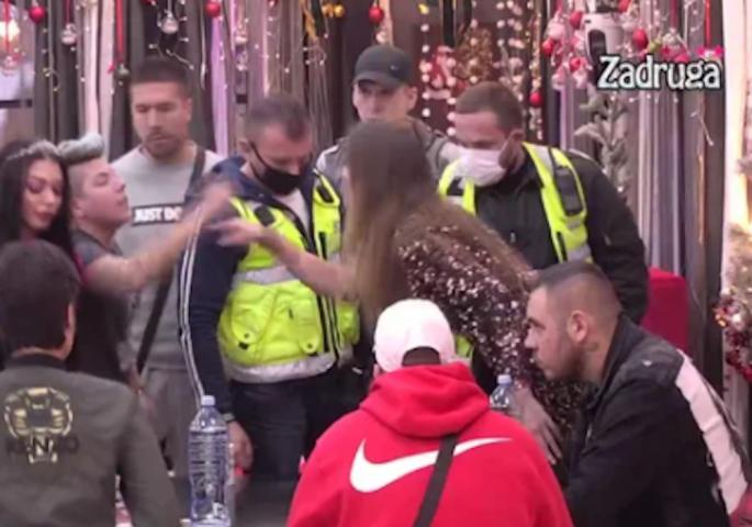 HAOS U KUĆI ZA VREME REKLAMA! Ženski fajt – uletelo OBEZBEĐENJE! Ovo nije bilo na TV-u! (VIDEO)